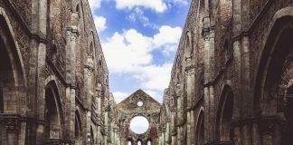 L'interno dell'abbazia di San Galgano.
